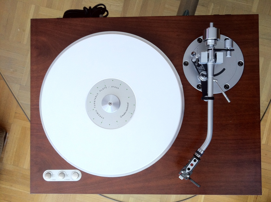SAEC Turntable with SAEC WE-407/23 tonearm