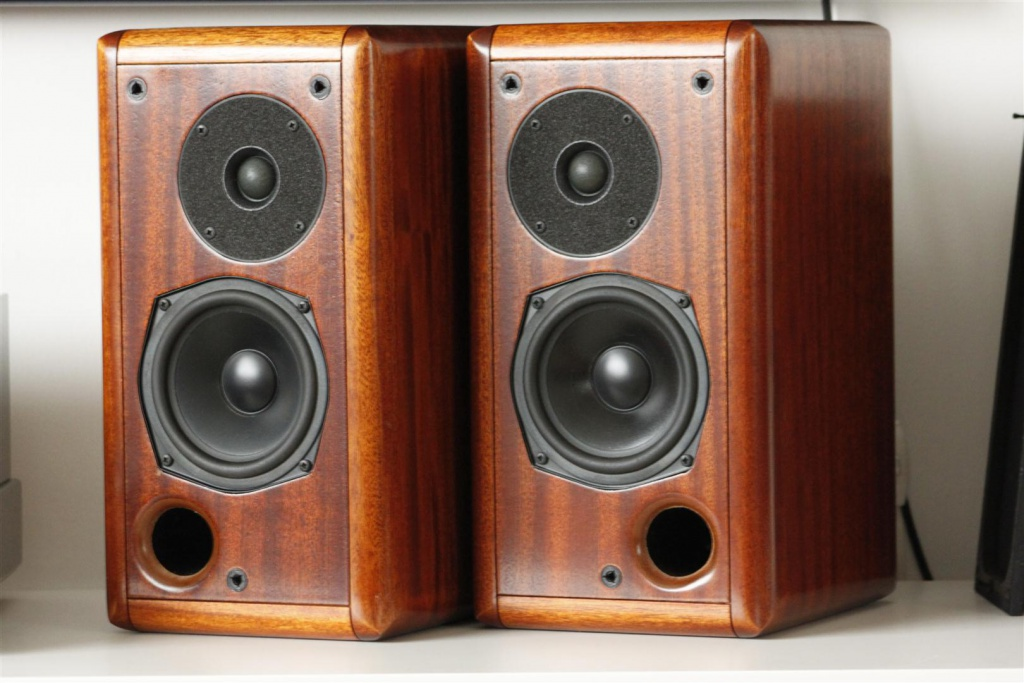 Opera Suono Riferimento solid mahogany bookshelf speakers