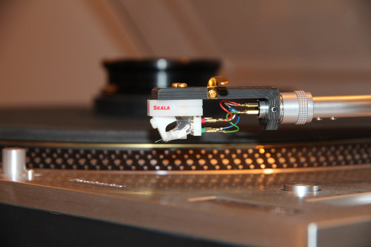 Lyra Skala cartridge on a Yamamoto HS-4 carbon fiber headshell